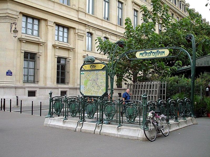 File metro paris ligne 4 station for Parking exterieur paris