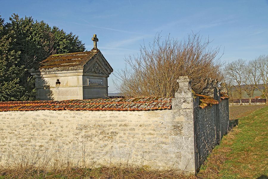 Bourg familie's tomb along the road to Longchamp near Millières