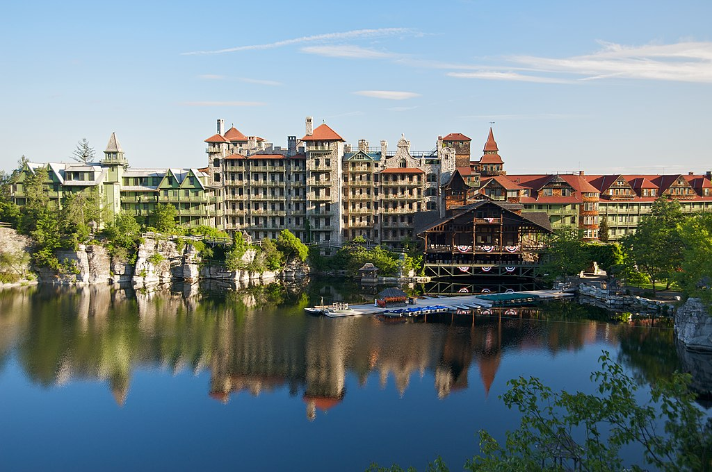 File mohonk mountain house 2011 main buildings around lake for Mountain house media