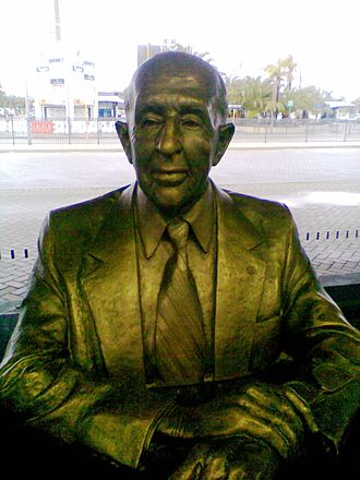 Norman Brearley - Bust of Brearley at Perth Airport by sculptor Gerard Darwin