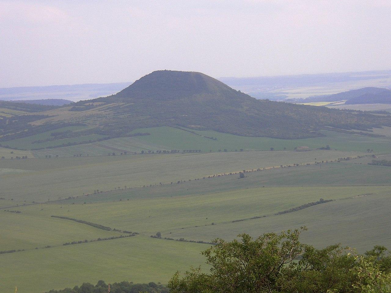 Pohled na Oblík ze 4 km vzdálené Milé