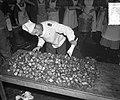 Oliebollenbakken in Oranje Nassau Kazerne voor Emma Kinderziekenhuis, Bestanddeelnr 904-9017.jpg