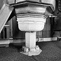 Onderkant preekstoel op middeleeuwse doopvont - Aarlanderveen - 20003851 - RCE.jpg