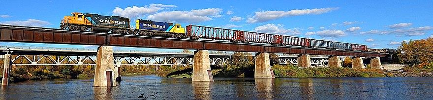 Ontario Northland godstog som krysser Missinaibi-elven ved Mattice-Val Côté i Nord-Ontario