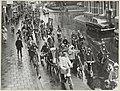 Optocht van fietsende schoolkinderen op de Bloemendaalseweg, bij de Tetterodeweg in Overveen.JPG