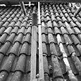 Pannendak, bestaande uit holle en bolle dakpannen, tijdens restauratiewerkzaamheden - Bornwird - 20329544 - RCE.jpg