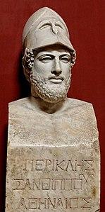 """Busto di Pericle riportante l'iscrizione """"Pericle, figlio di Santippo, ateniese"""". Marmo, copia romana di un originale greco del 430 a.C. circa."""