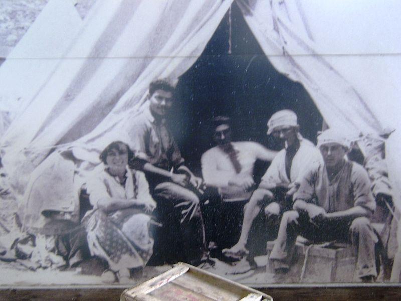 חלוצים במחנה אוהלים