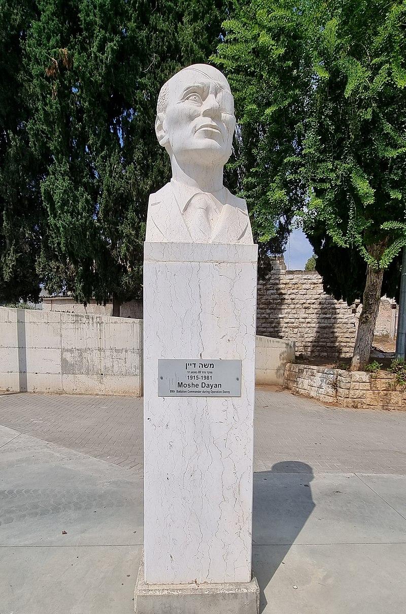 פסל בכיכר הזכרון ברמלה