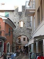 Resti della porta medievale San Giovanni a Bardolino.