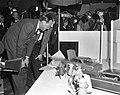 Prins Bernhard bezoekt Filmmaatschappij Geesink. Rondleiding, Bestanddeelnr 913-4861.jpg
