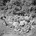 Prinses Irene met enkele andere leerlingen in de tuin, Bestanddeelnr 255-7380.jpg