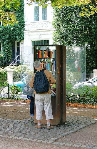 Public bookcase - Public bookcase in use, Bonn (2008)