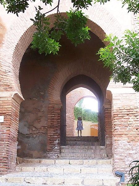File:Puerta Alcazaba.jpg
