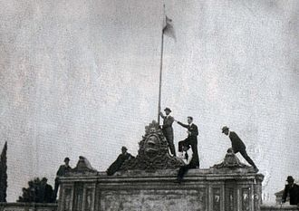 Argentine university reform of 1918 - Students raise the flag of Argentina at the University of Córdoba.