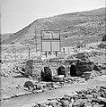 Resten van een antiek badhuis en een reclamebord voor de geneeskrachtige baden b, Bestanddeelnr 255-4115.jpg