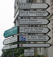 Bilingual signage in Quimper/Kemper. Note the use of the word ti in the Breton for police station and tourist office, plus the variant da bep lec'h for all directions.