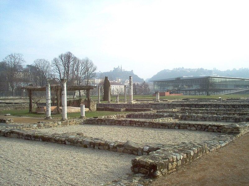Maison des Dieux Océan - Site archéologique sur la rive droite du Rhône (Musée Gallo-Romaine) - Saint-Romain-en-Gal (F-69560). La maison des Dieux Océan (3000 m² au sol) présente des caractères communs aux grandes demeures urbaines de la Gaule: outre sa taille (elle s'inscrit dans un rectangle long de 100 m), c'est d'abord la part donnée aux péristyles, ces jardins intérieurs entourés de colonnades: ils occupent ici plus des 2/3 de la surface au sol. Cette «portion de nature» intégrée dans l'espace domestique constitue un des traits les plus originaux d'une architecture qu'on retrouve tout autour de la Méditerranée. De nombreux bassins, des fontaines et des jets d'eau animent ces jardins et même certaines pièces couvertes. La taille des salles de réception (100 m²) atteste la richesse du propriétaire et sa volonté d'ostentation. (du site du musée)