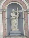 soest - beeld van christus salvator op de gevel van de h.h. petrus en pauluskerk aan het kerkplein