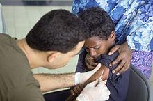 Un bimbo somalo riceve una vaccinazione antipolio nell'ospedale tunisino a Mogadiscio il 25 dicembre 1993