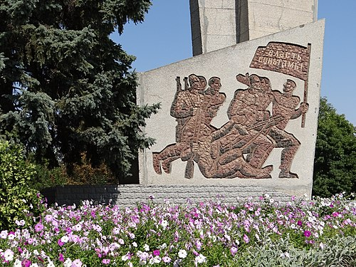 Soviet-era memorial with flower bed, Bender Soviet-Era Memorial with Flower Bed - Bendery - Transnistria (36032549573).jpg