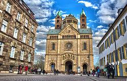 Speyer: Maximilianstraße com a catedral ao fundo