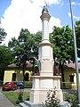 Spomenik u dvorištu Rimokatoličke crkve u Adi.jpg