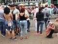 Staand wachten en hurkend wachten zomercarnaval Rotterdam.jpg