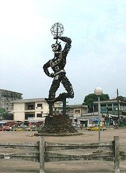 Statue de la nouvelle liberte Douala.jpg