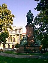 Széchenyi szobra Budapesten az MTA palotája előtt
