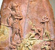 La estela de Naram-Sim conmemora la victoria del monarca acadio contra el pueblo de los lullubi de los montes Zagros. La imagen representa a un rey casi mitológico, del doble del tamaño de sus soldados. 2250a.C.