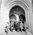 Students leaving the Chemistry Building, University of Saskatchewan, Saskatoon Des étudiants sortant de l'édifice consacré à la chimie, Université de la Saskatchewan, à Saskatoon (34407150985).jpg