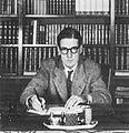 Sven Stolpe vid skrivbordet.jpg
