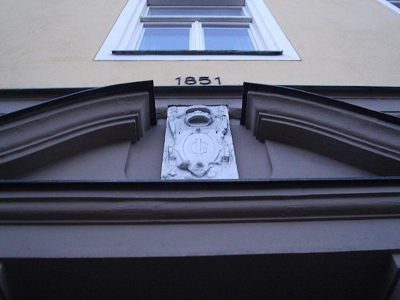 File:Tesdorphska huset i Norrköping, portalen med Johan IIIs och Gunilla Bielkes vapen från Bråborgs slott inmurad..JPG