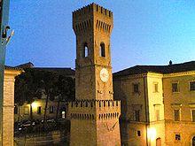 La torre civica (alta 33 metri)