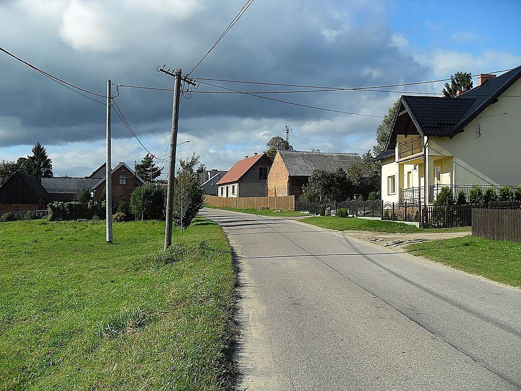 1024px-Ulica_Wiejska_w_Lubikach.jpg
