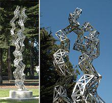 La scultura Districare il Collagene (Unraveling Collagen) (2005) di Julian Voss-Andreae, in acciaio inossidabile, alta 3,40 m. Usando le coordinate atomiche depositate nella Protein Data Bank, l'artista tedesco-americano Julian Voss-Andreae ha realizzato sculture basate sulla struttura del collagene e di altre proteine[1][2][3].