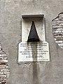 Venezia Campiello Albrizzi Lapide con granata austriaca e iscrizione dannunziana.jpg