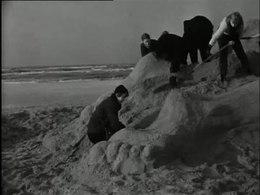 Bestand:Vervaardiging van zandplastieken op het strand-506876.ogv