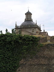 Vista de la cúpula de la Capilla de Cerralbo desde la avenida de Yurramendi.jpg