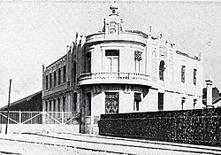 Vista exterior de los edificios, muelles y estación de la Alhóndiga, de Cifuentes, Blanco y Negro, 01-08-1908 (cropped).jpg