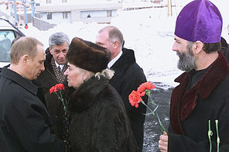 Norillag - President Vladimir Putin, Chairwoman of the Veterans Council of the Great Patriotic War in Norilsk Natalia Golubyatnikova and Rector of all the Afflicted Father Sergius during a visit to the memorial of the victims of Norillag on 22 March 2002