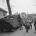 Vlissingen Het bezoek vindt plaats per DUKW (amfibievoertuig) Attlee (met hoed, Bestanddeelnr 900-2319.jpg