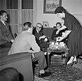 Vrouw presenteert suiker voor in de koffie van de visite, Bestanddeelnr 252-9373.jpg