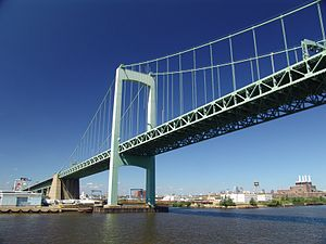 English: The Walt Whitman Bridge spans the Del...