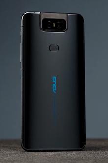 De glazen achterkant van een ZenFone 6 in Midnight Black