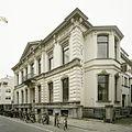 Zicht op de voorgevel met tympaan en de rechter zijgevel met erker - Tilburg - 20388603 - RCE.jpg