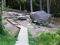 """""""Kiwający"""" się 35 tonowy głaz Rokkestenen - panoramio.jpg"""