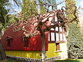Árbol y casita de Blancanieves (429702969).jpg