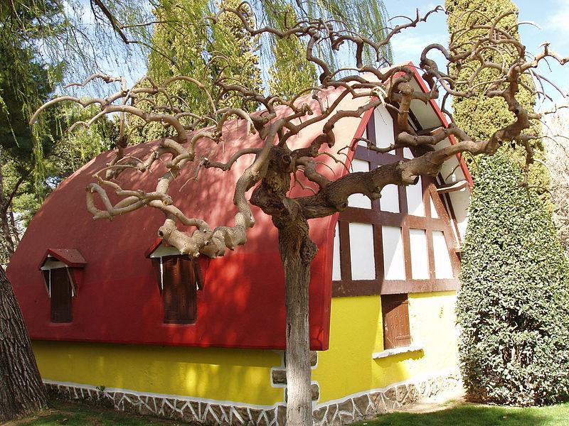 File:Árbol y casita de Blancanieves (429702969).jpg